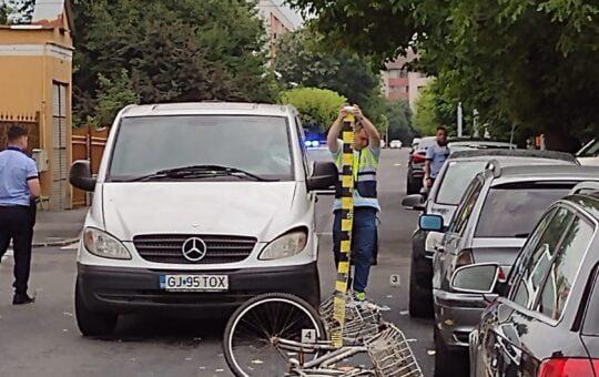 Biciclist lovit de mașină pe o stradă din Târgu Jiu