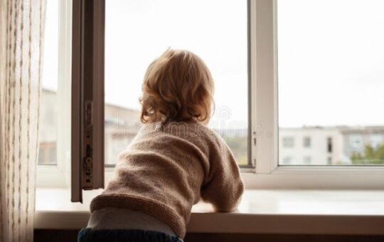 Un copil de 2 ani și 9 luni a căzut pe geam de la etajul 4