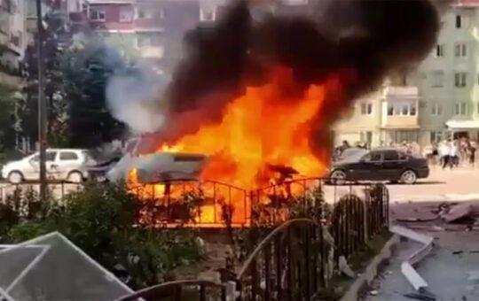 Autoutilitară în flăcări, la Râmnicu Vâlcea. Două persoane au fost rănite.